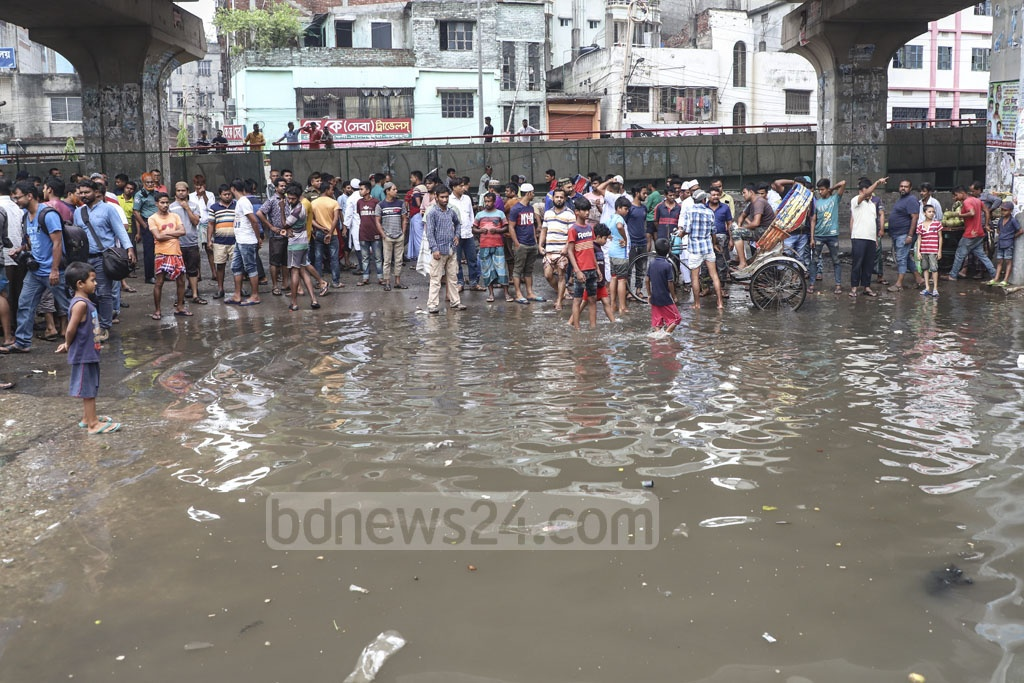 Residents block Janapath Sarak in Dhaka on Saturday demanding steps to put an end to waterlogging. Photo: Abdullah Al Momin