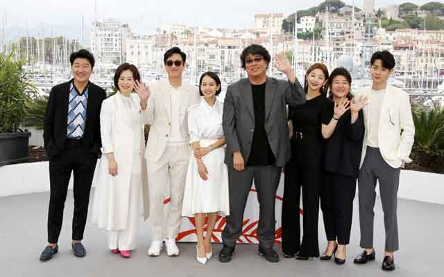 Director Bong Joon-ho poses with cast members Song Kang-ho, Lee Sun-kyun, Cho Yeo-jeong, Choi Woo-Shik, Park So-Dam, Chang Hyae-Jin, and Lee Jung-Eun. 72nd Cannes Film Festival - Photocall for the film