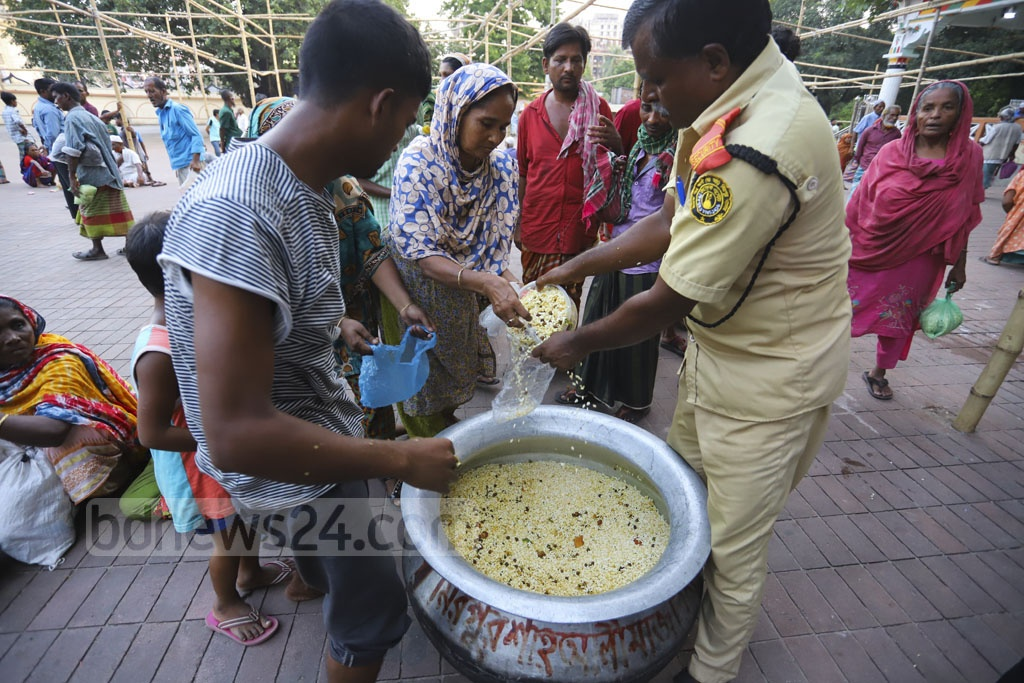 Devotees, homeless people and beggars gather at the shrine of Sufi saint Hazrat Shah Ali at Mirpur-1 in Dhaka for Iftar daily as the shrine authorities arrange meal for up to 2,000 people. This photo was taken on Sunday. Photo: Asif Mahmud Ove