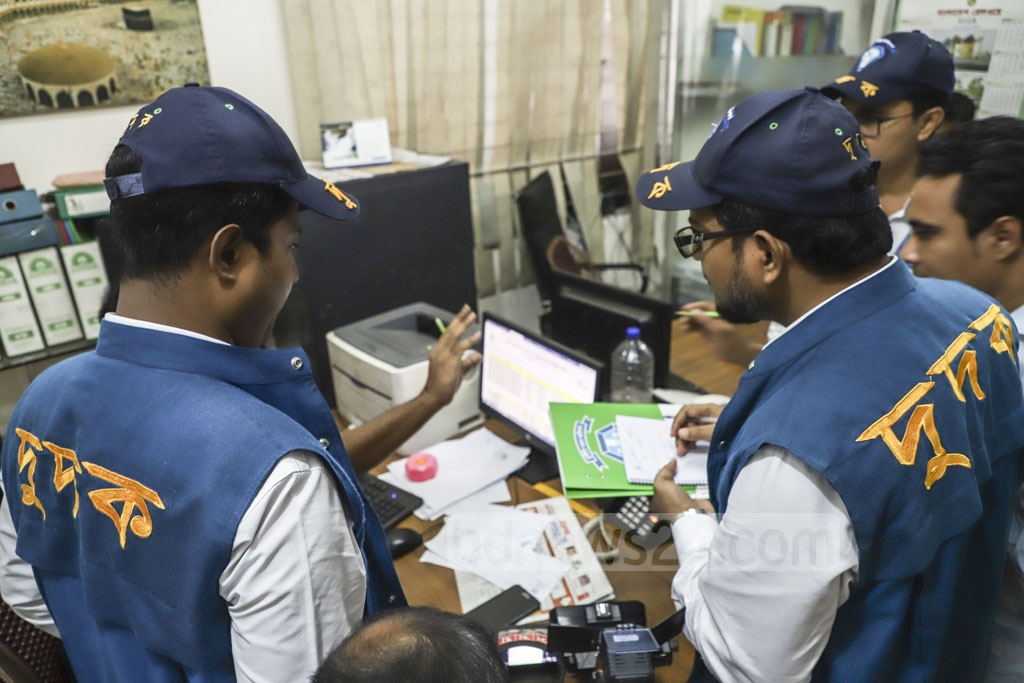 An Anti-Corruption Commission team questions CNC's Managing Director Shamimul Alam over allegations of mismanagement regarding the railway's app to sell train tickets online. Photo: Abdullah Al Momin