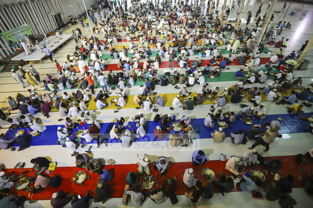 The Islamic Foundation arranges Iftar for about 3,000 people daily at the Baitul Mukarram National Mosque in Dhaka during the Ramadan. This photo was taken on Tuesday. Photo: Asif Mahmud Ove