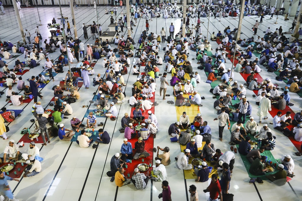 Hundreds gathered at the Baitul Mukarram National Mosque in Dhaka for Iftar on Tuesday. Photo: Asif Mahmud Ove