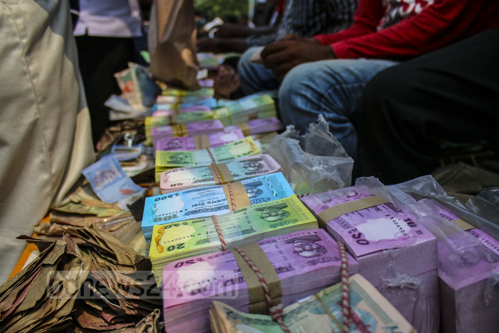 Traders in new currencies set up makeshift shops at Gulistan in Dhaka as demand spikes ahead of Eid-ul-Fitr. This photo was taken on Tuesday. Photo: Mahmud Zaman Ove
