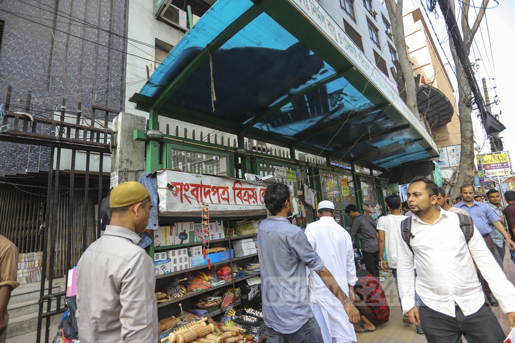 Vendors occupy a passenger shed for their makeshift shops at Dhaka's Purana Paltan intersection. Photo: Asif Mahmud Ove