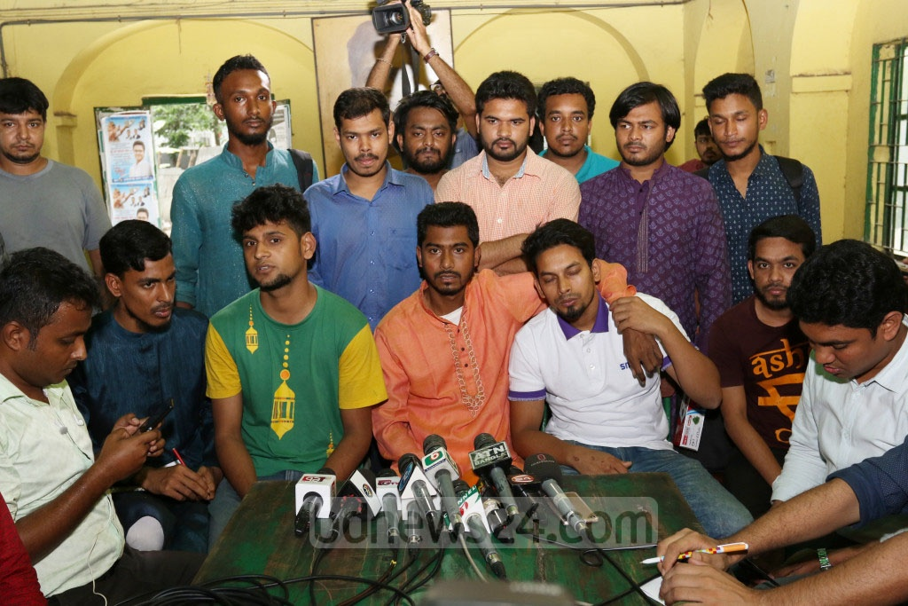 Nurul Haque Nur speaking at a press conference organised at the Madhu's Canteen on the Dhaka University campus on Wednesday to protest against the attack on the DUCSU VP by members of Bangladesh Chhatra League during Iftar in Bogura.