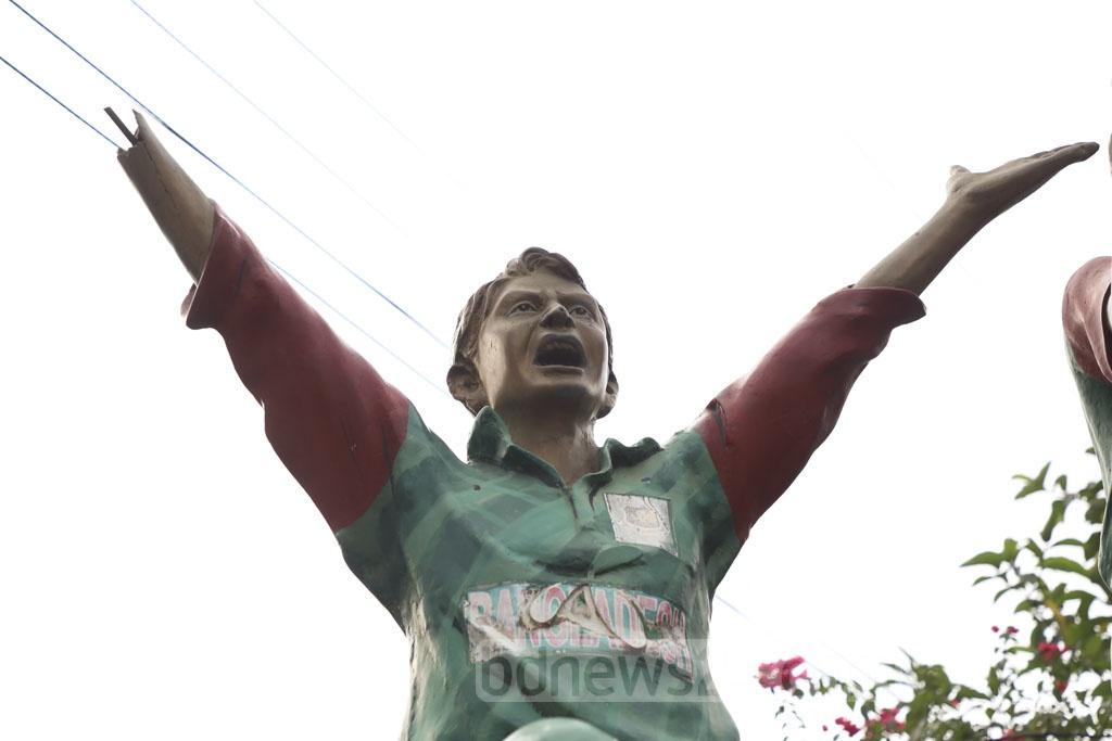 The statues of cricketers installed earlier during the Cricket World Cup in Dhaka's Banani are in bad condition due to the lack of maintenance work. Photo: Abdullah Al Momin