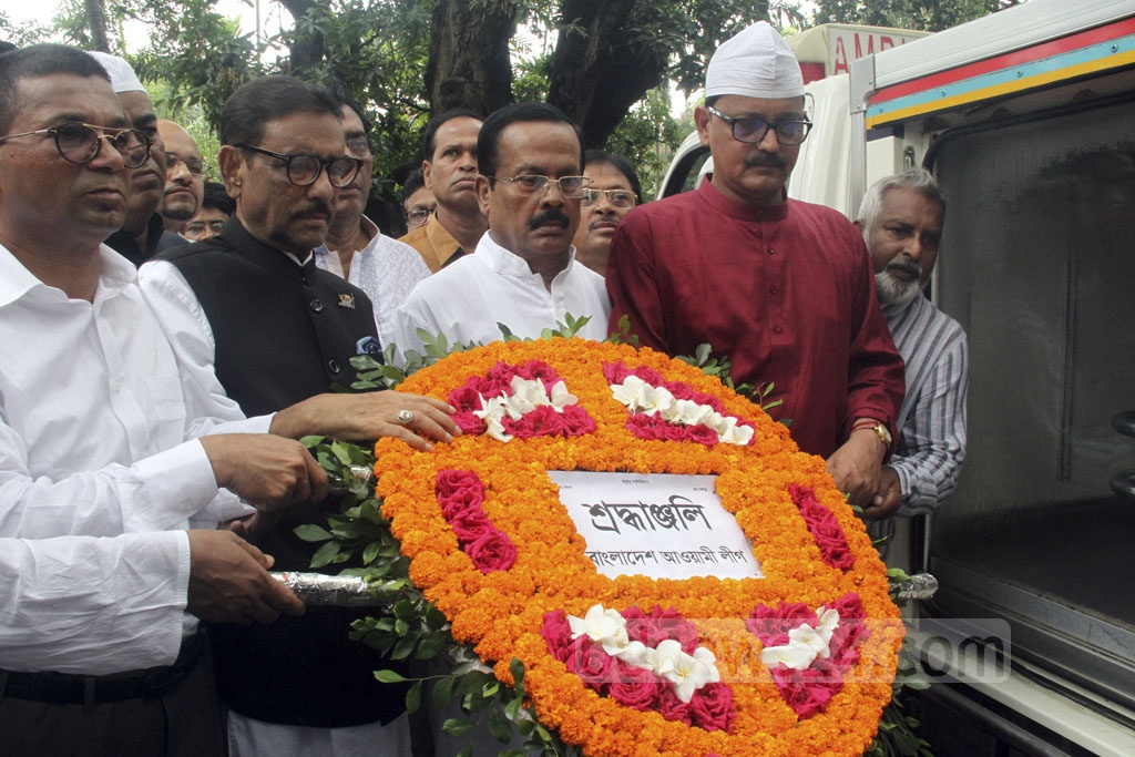 Awami League General Secretary Obaidul Quader paying tribute to playwright, director and actor Momtazuddin Ahmed by placing wreaths over his coffin after the Namaz-e-Janaza at the Dhaka University's central mosque on Monday.