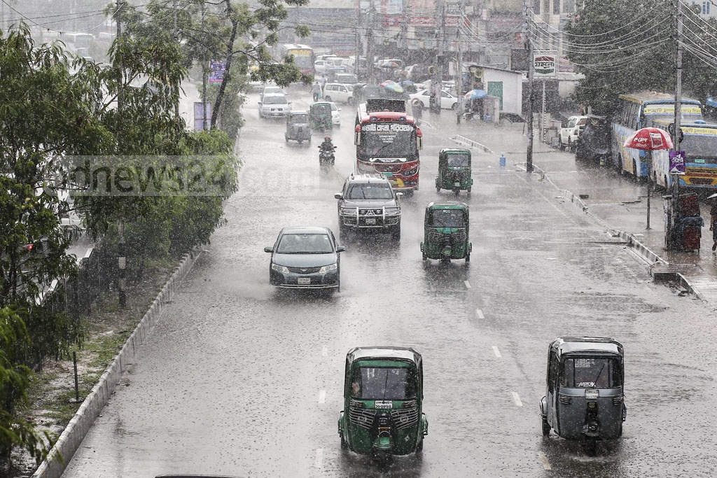 The sudden rainfall in the capital on Monday put daily life in disarray. This photo was taken at Mohakhali. Photo: Mahmud Zaman Ovi