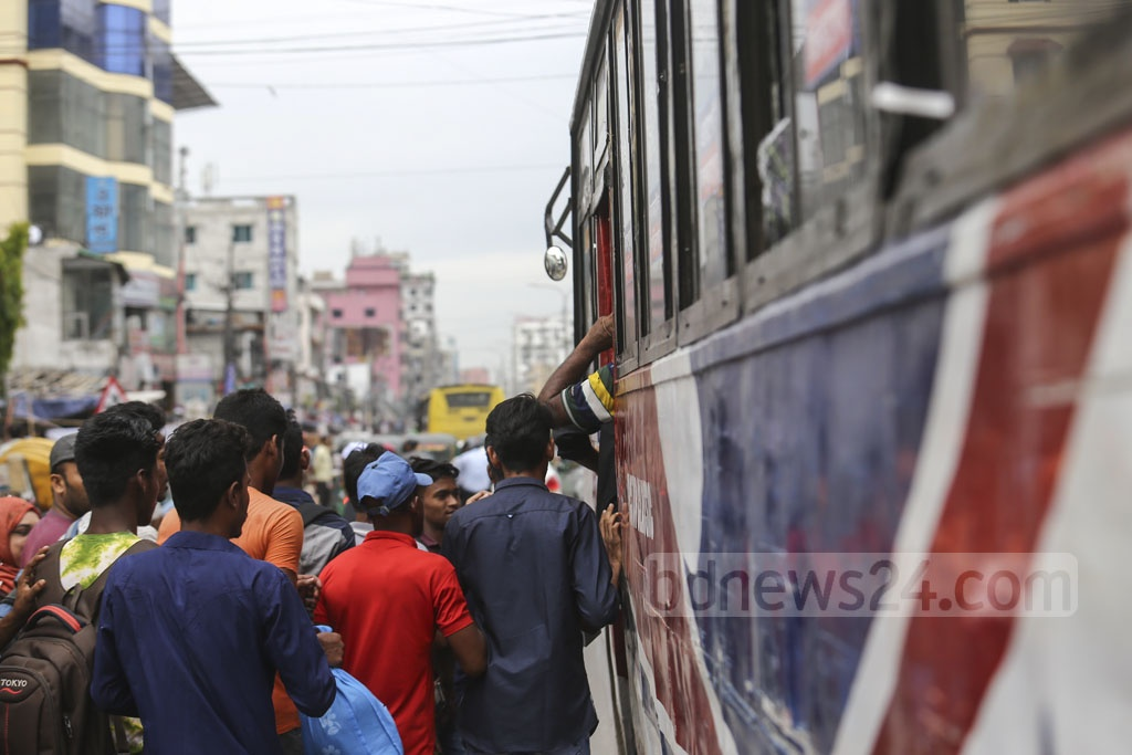 Passengers rushing to catch a bus at Natun Bazar in Dhaka as the number of public transport in the capital fell due to Eid-ul-Fitr holidays. Photo: Mahmud Zaman Ovi