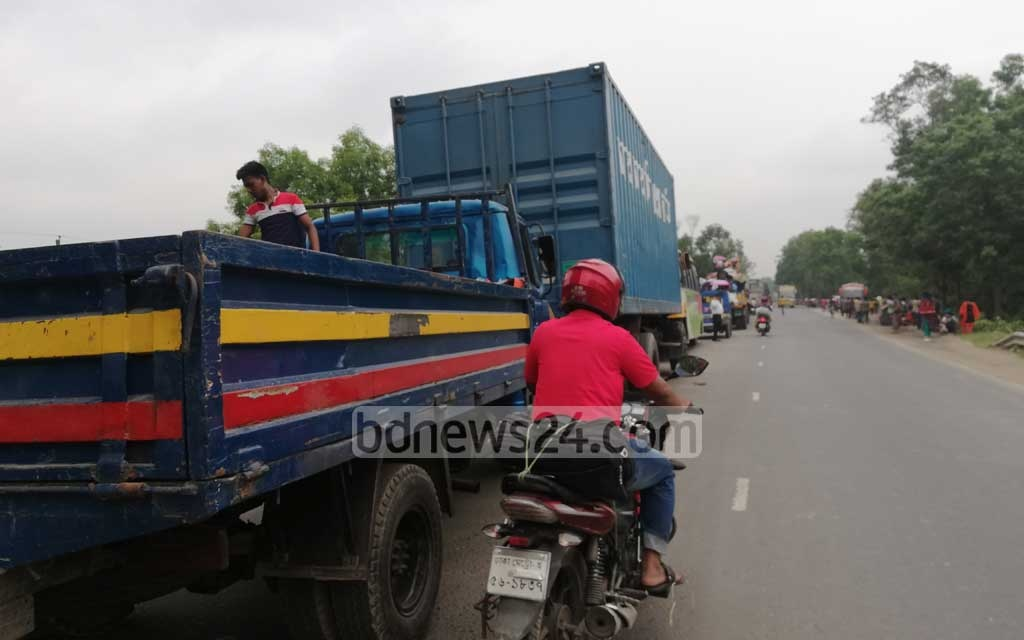 Traffic came to a standstill over a 30km stretch from Karotiahat bypass on Dhaka-Tangail Highway to the east side of the Bangabandhu Bridge.