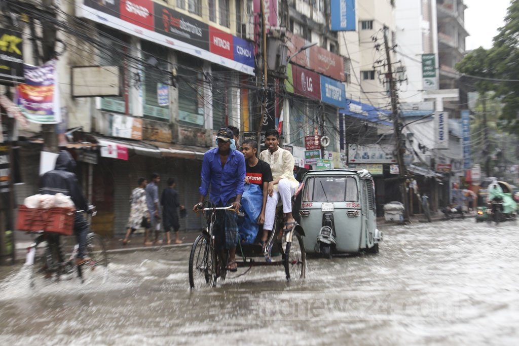 Many braved rains and waterlogging to travel in Dhaka during the Eid-ul-Fitr. Photo: Mahmud Zaman Ovi