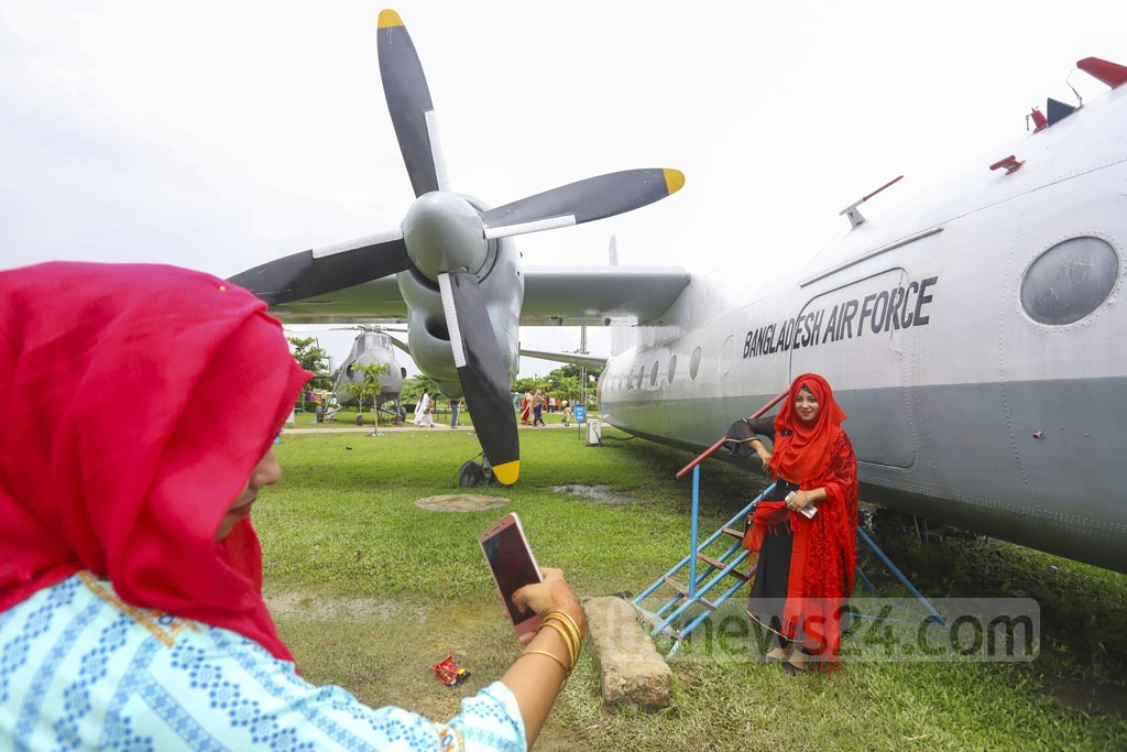 Eid holidaymakers visiting the BAF Museum in Dhaka's Agargaon would not miss out on taking photos with a plane in the background on Friday. Photo: Asif Mahmud Ove