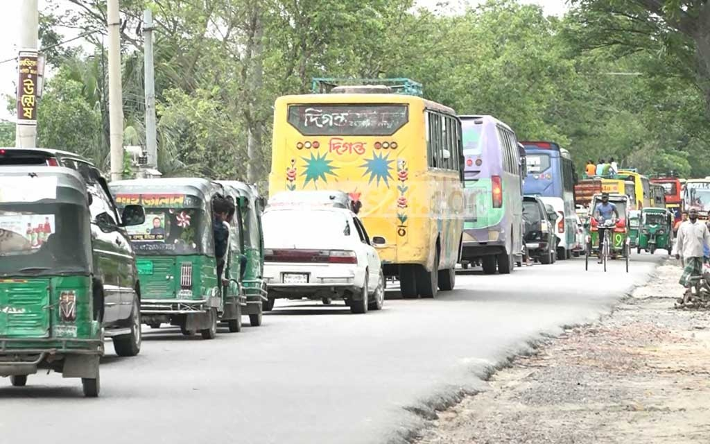 At least 40 people, including children and policemen, have been injured after a spat over the amount of bones in beef between a villager and a meat seller boiled over into physical clashes involving residents of two villages in Brahmanbaria. The clashes brought traffic on the Dhaka-Sylhet Highway to a standstill for an hour.