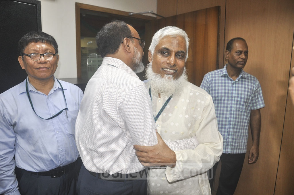 Staffers spending time exchanging greetings and sharing memories at the Bangladesh Bank in Dhaka on Sunday, the first work day after the Eid-ul-Fitr holidays.