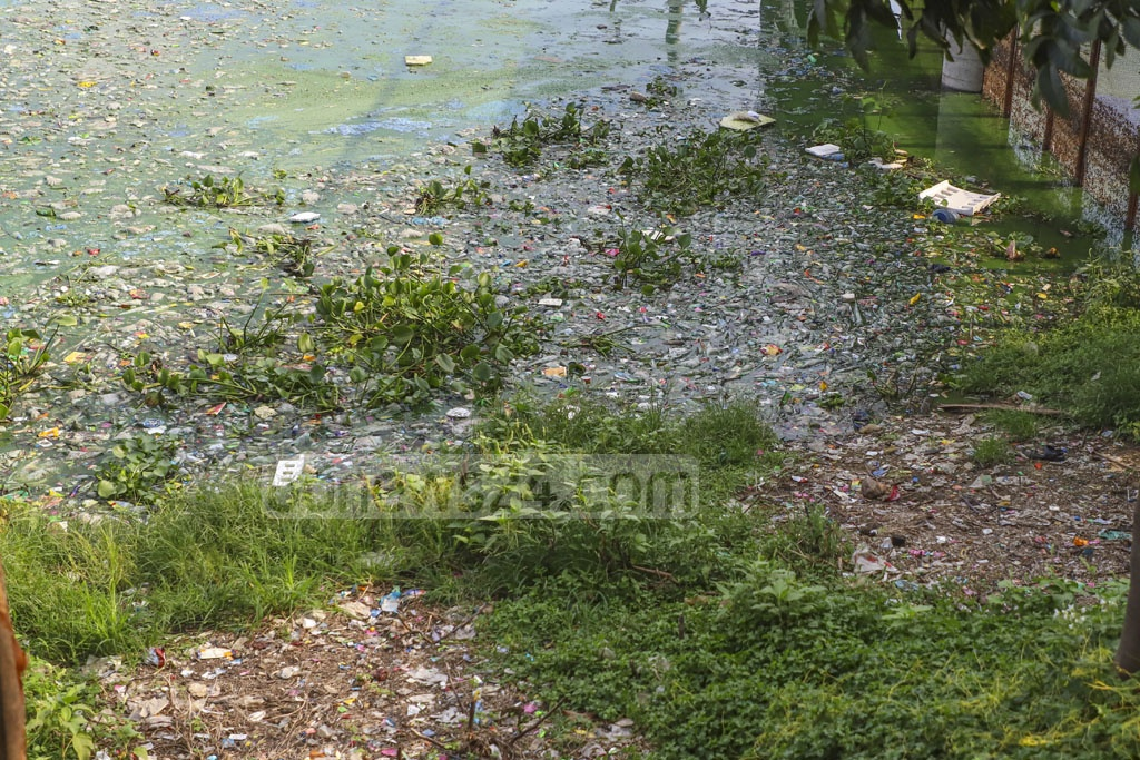 Pollution at the capital's recreational hub Hatirjheel is on the rise as a foul stench pervades the area. This photo was taken from Tejgaon's Kunipara on Monday. Photo: Abdullah Al Momin