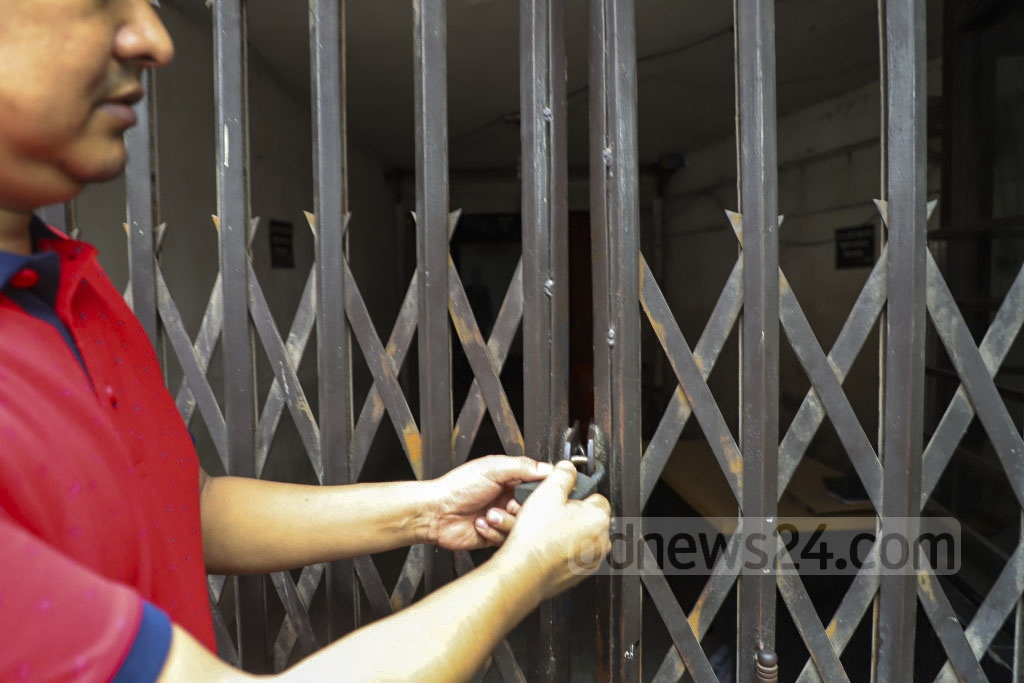 Disgruntled Jatiyatabadi Chhatra Dal leaders locked the BNP office at Naya Paltan in Dhaka on Tuesday as they protested the party's decision to dissolve the expired committee. Photo: Abdullah Al Momin