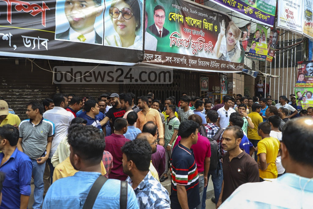 Disgruntled Jatiyatabadi Chhatra Dal leaders stage a sit-in in front of the BNP office at Naya Paltan in Dhaka on Tuesday as they protested the party's decision to dissolve the expired committee. Photo: Abdullah Al Momin