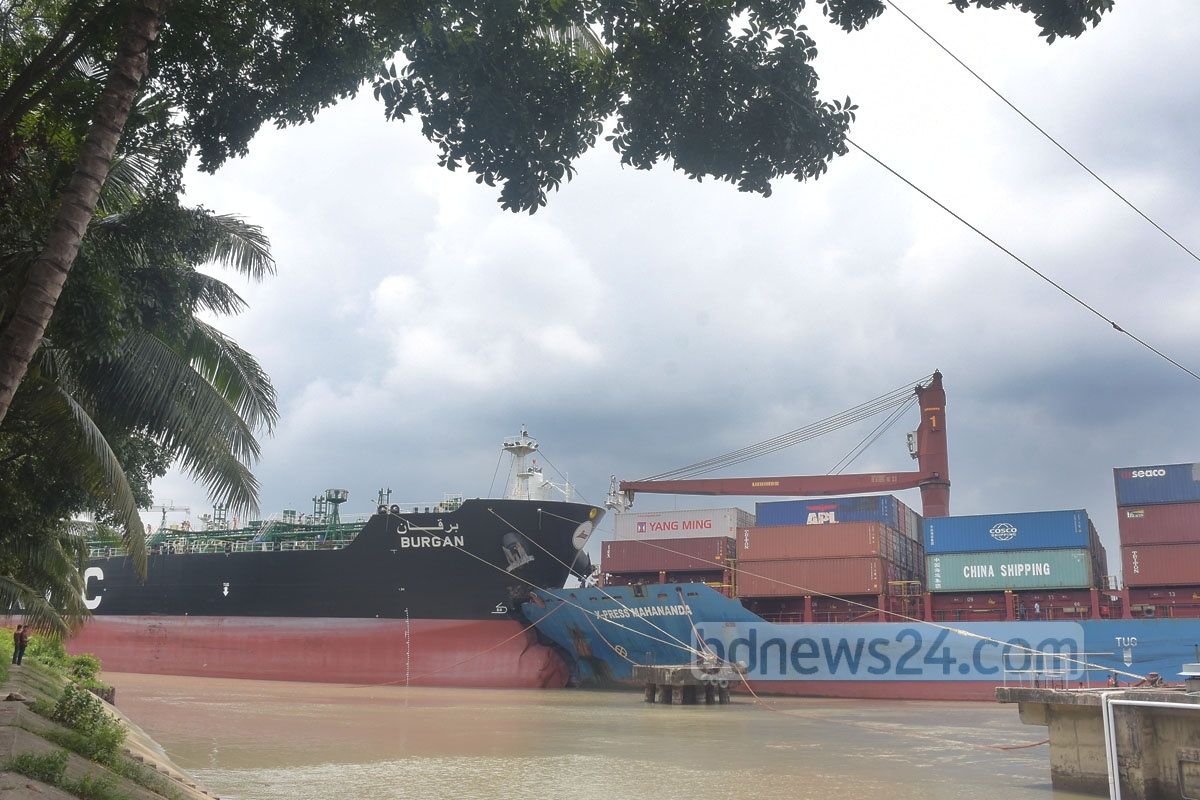 A collision between a feeder vessel and an oil tanker halted marine traffic on a channel adjacent to Chattogram Dry Dock and Boat Club for three hours on Friday. Photo: Suman Babu