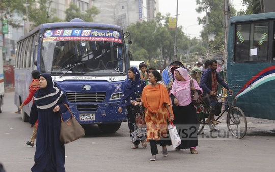 Jaywalkers cross a road risking their lives but don't use a footbridge just overhead at Mirpur-10 intersection. Photo: Mahmud Zaman Ovi