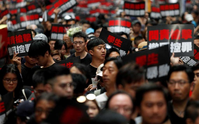 Protesters hold placards as they attend a demonstration demanding Hong Kong's leaders to step down and withdraw the extradition bill, in Hong Kong, China, Jun 16, 2019. REUTERS
