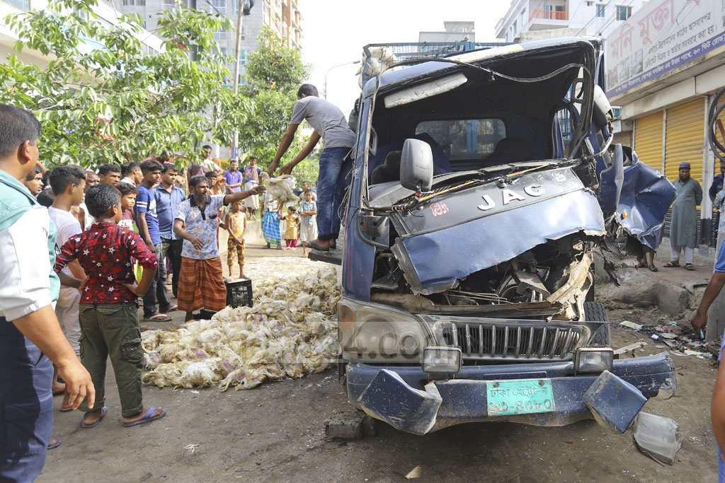 A pickup van carrying chicken collided head-on with a small passenger vehicle called 'Laguna' at Pirerbagh on Shat Feet Road linking Agargaon and Mirpur-2 on Friday morning. Photo: Asif Mahmud Ove
