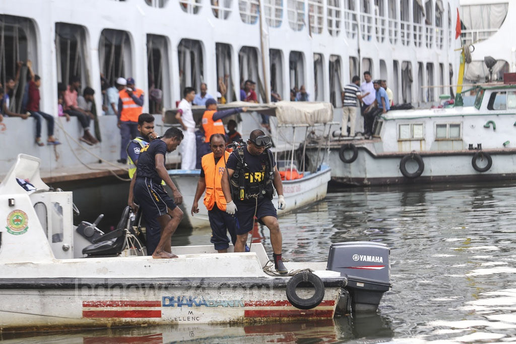 Divers from the navy and Fire Service ad Civil Defence launched a search and rescue operation for two minor siblings who went missing in a boat capsize a in Buriganga at Sadarghat in Dhaka on Friday. The two were found dead later. Photo: Mahmud Zaman Ovi