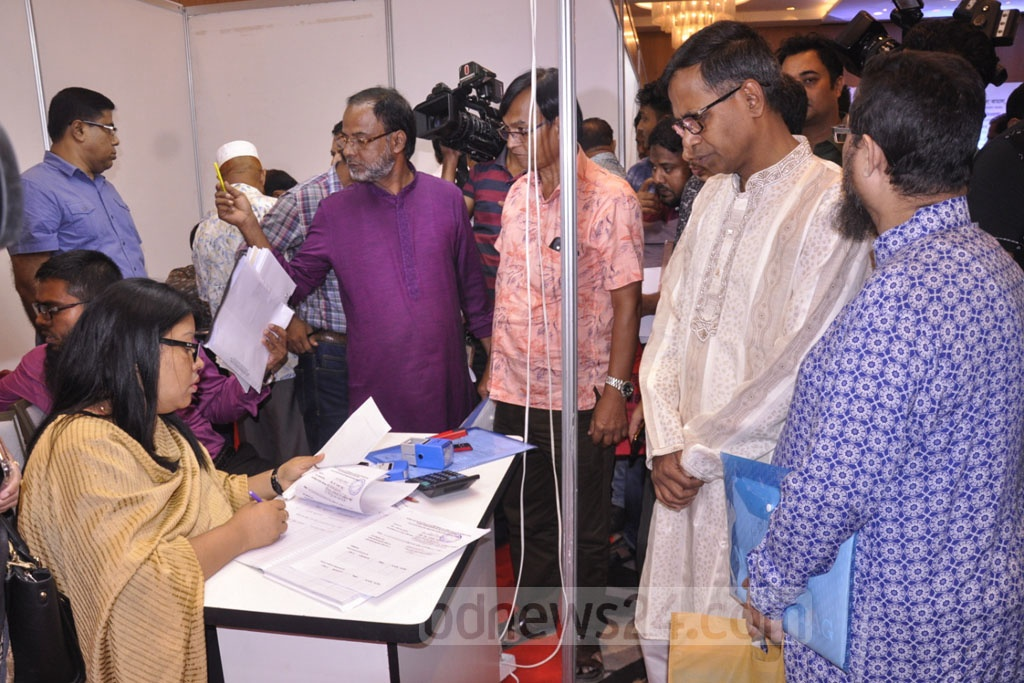 Traders come to pay tax at the three-day long gold fair held at Dhaka's Hotel InterContinental on Sunday.