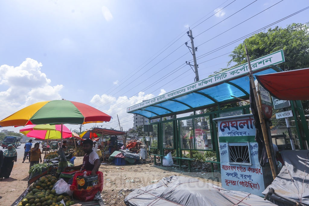 No passenger can use the newly built shed on the Dhaka-Chattogram Highway at the capital's Rayerbagh as fruits vendors have set up a makeshift market occupying the street. Photo: Mahmud Zaman Ovi