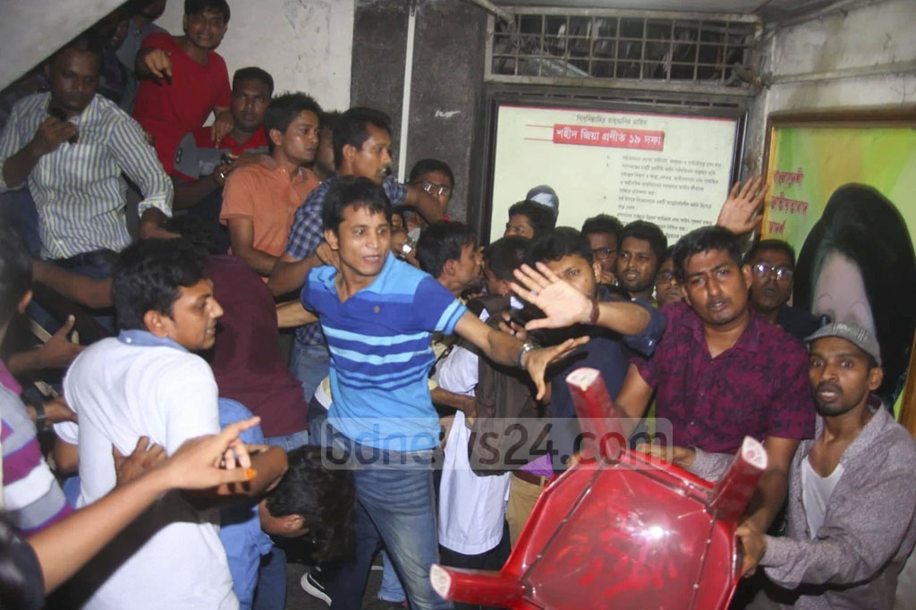 Two groups of the leaders and activists of Jatiyatabadi Chhatra Dal clashed during a protest in front of the BNP central office in Dhaka on Tuesday demanding the withdrawal of an expulsion order for 12 leaders and relaxation of the age limit for the council.