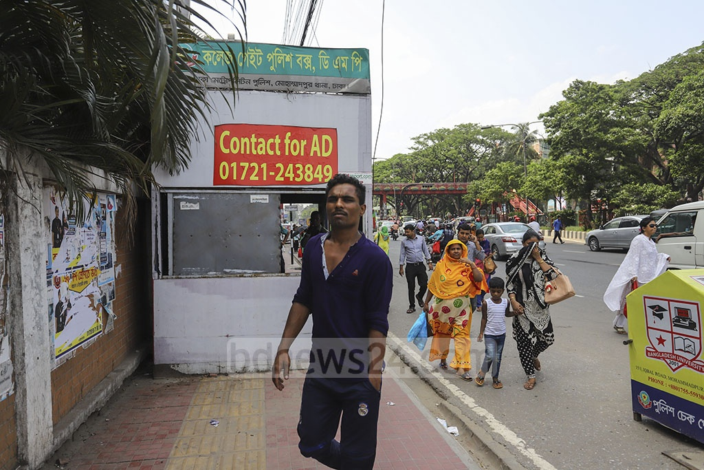 A police box has been installed on the pavement near College Gate area at Dhaka's Mohammadpur, causing sufferings to the commuters and pedestrians. Photo: Asif Mahmud Ove