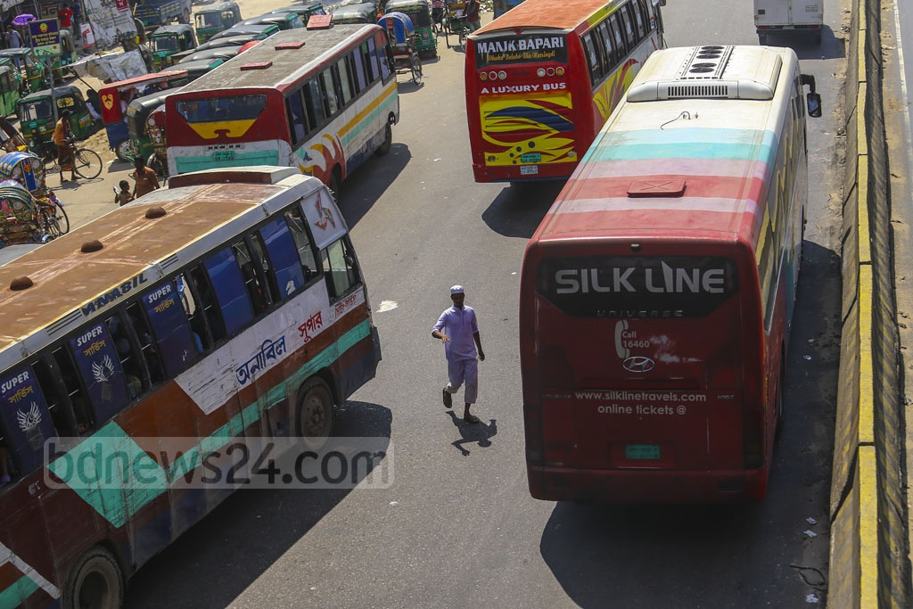 Jaywalkers putting their lives at risk while crossing the Dhaka-Chattogram highway amid high speed traffic. The photo was taken at Dhaka's Rayerbagh. Photo: Mahmud Zaman Ovi