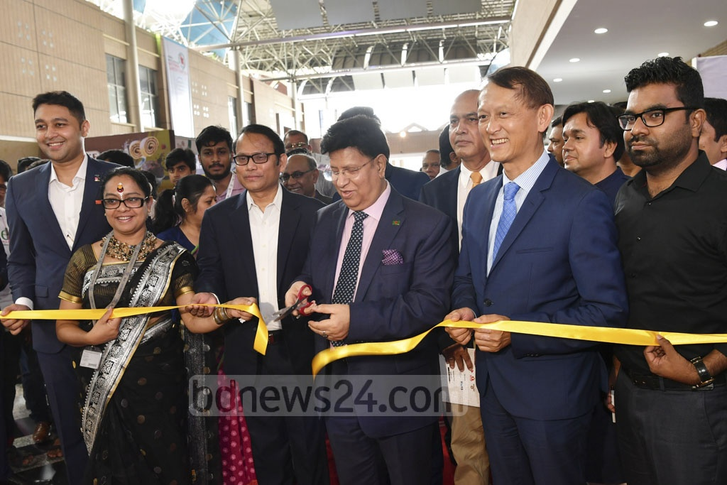 Foreign Minister AK Abdul Momen opended a job fair by cutting a ribbon at the Bangabandhu International Conference Centre in Dhaka on Thursday. Photo: Asif Mahmud Ove