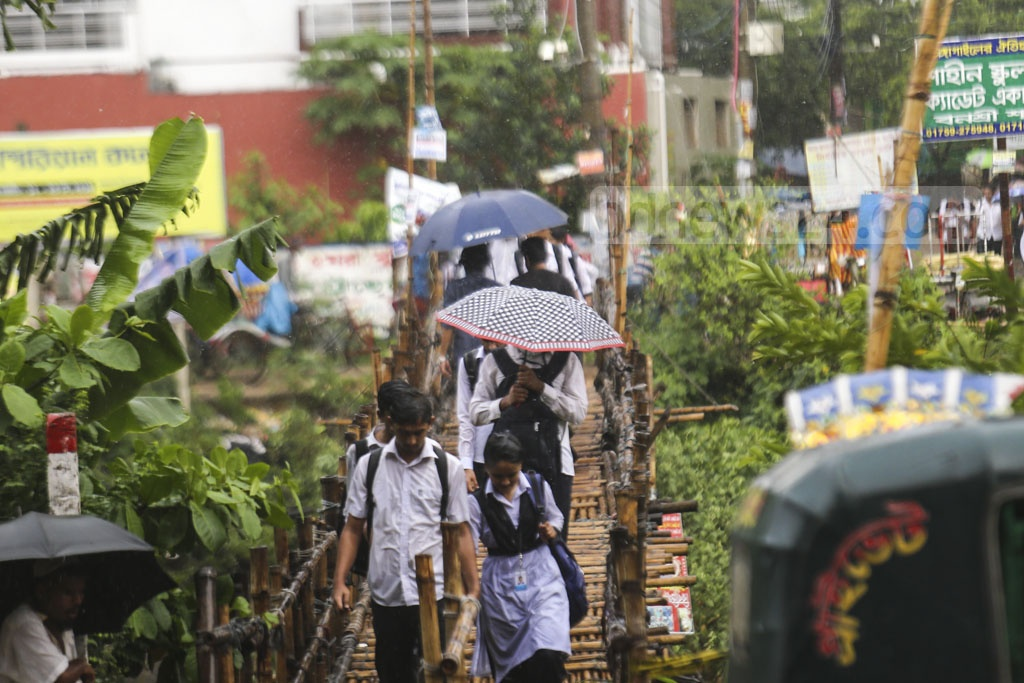 Students of schools and colleges soaked in sudden rains in Dhaka on Sunday afternoon. This photo was taken from Rampura. Photo: Mahmud Zaman Ovi