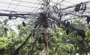 Tangled internet and TV connection cables hang overhead in Dhaka's Gulshan-2 area. Photo: Abdullah Al Momin