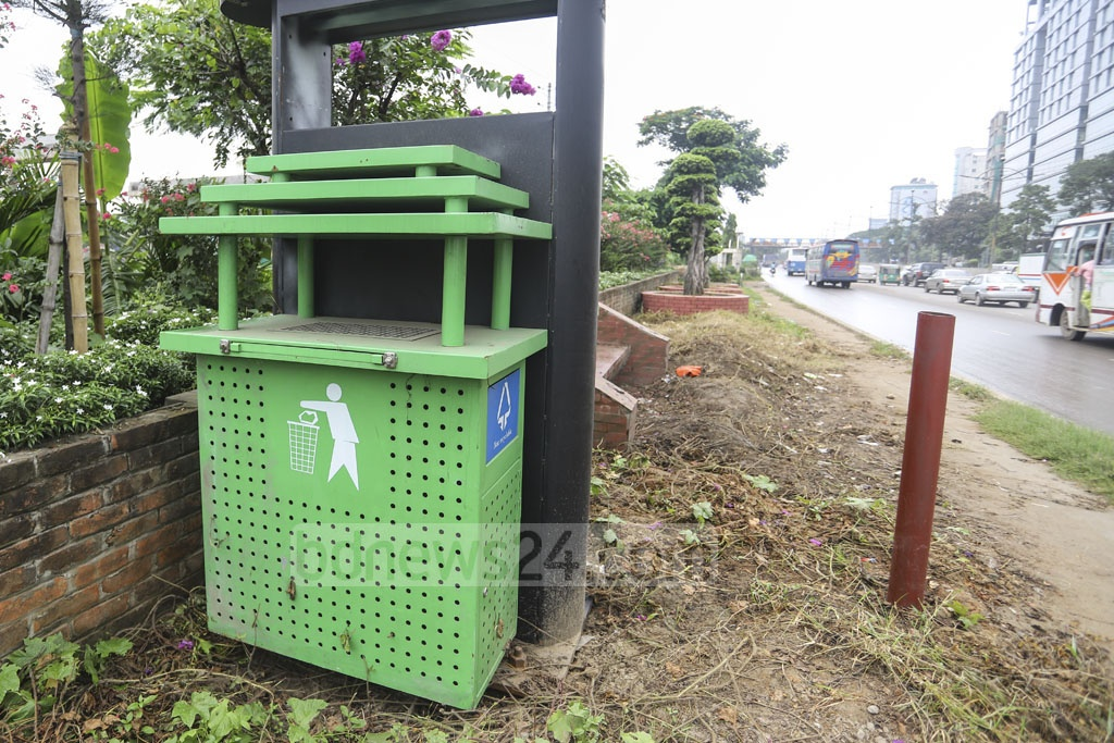 New dustbins were installed on Dhaka's Airport Road on Monday. Photo: Asif Mahmud Ove