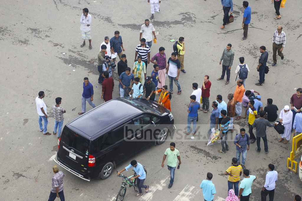 Commuters in Dhaka suffered as Progressive Student's Alliance activists halted traffic movement in Shahbagh in a support of a half-day nationwide general strike called by the LDA on Sunday. Photo: Asif Mahmud Ove