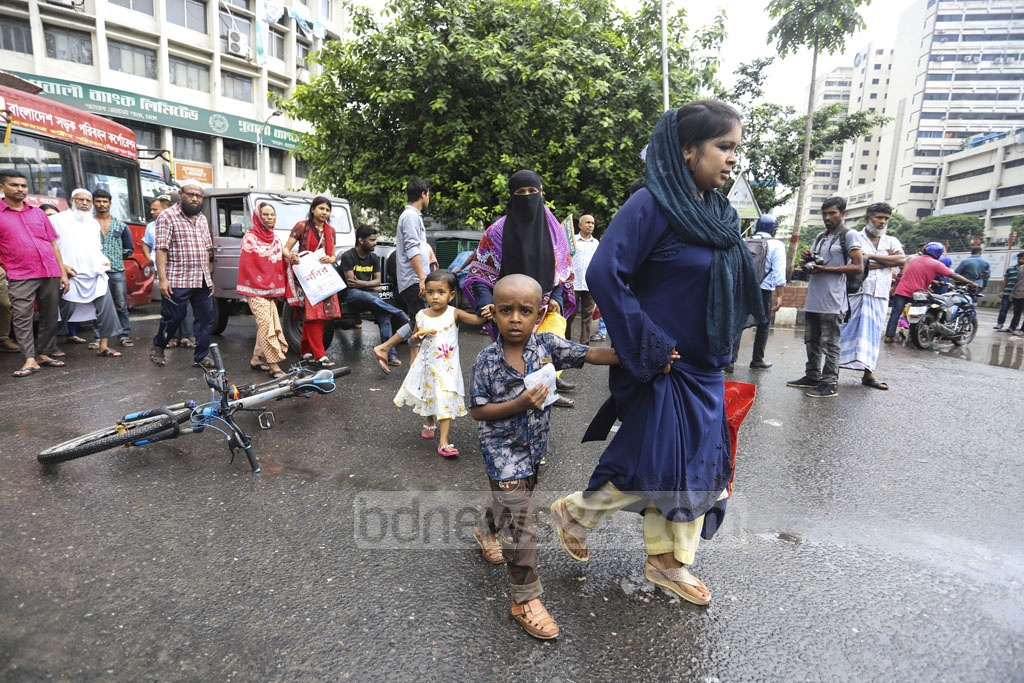 Many commuters were forced to take a long walk to their destinations as Progressive Student's Alliance activists picketed in Dhaka's Shahbagh, halting the traffic movement during the nationwide general strike. Photo: Asif Mahmud Ove