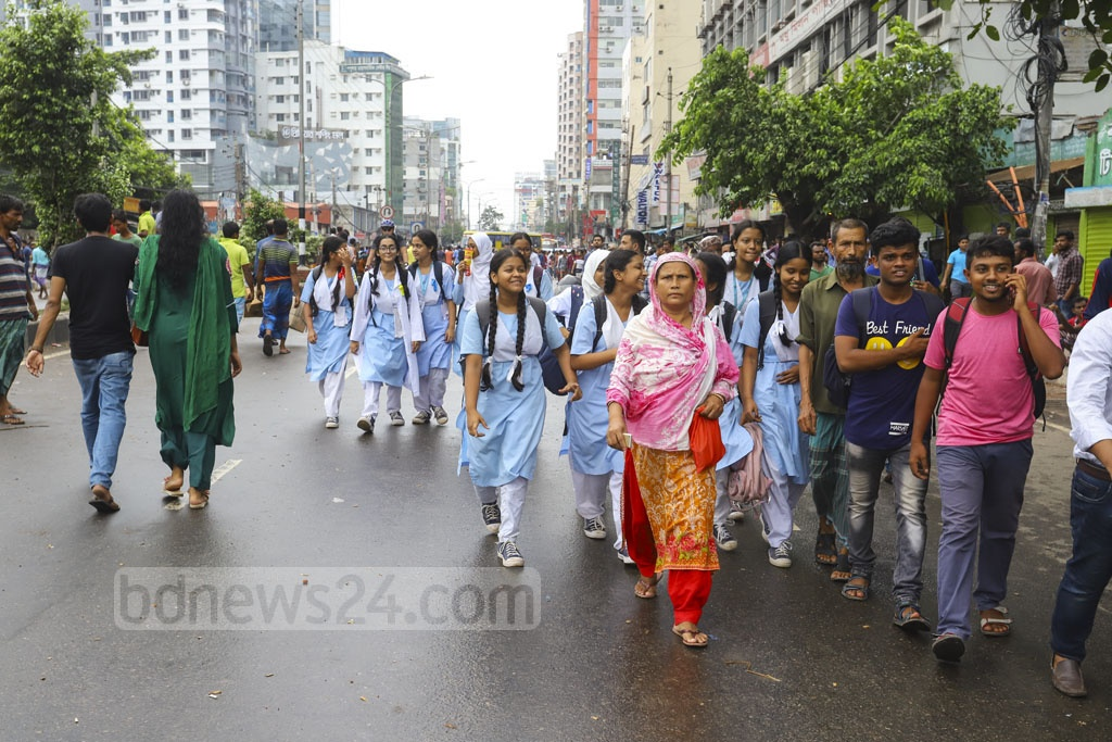 Students were also forced to take a long walk back home as no vehicles were available on the road due to the protests called by rickshaw-pullers. Photo: Asif Mahmud Ove
