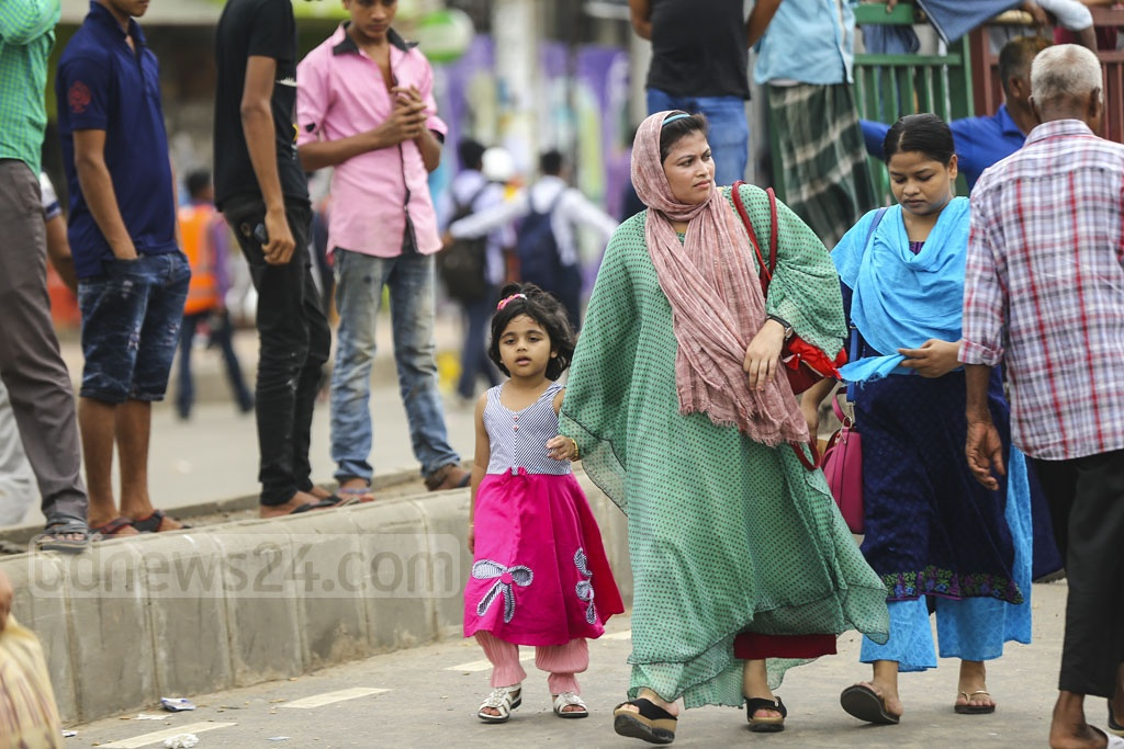 A child at Merul Badda was also forced to take a long walk with her mother during a protest. Photo: Mahmud Zaman Ovi