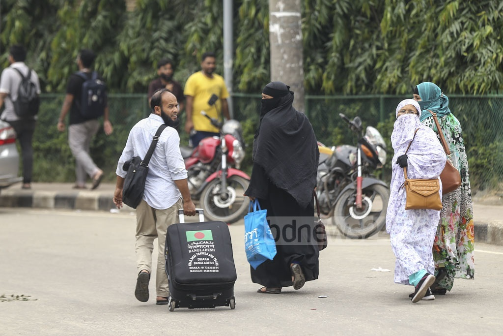 A group of Hajj pilgrims were forced to take a long walk to Dhaka airport from Banasree as no motor vehicles were available on the road due to the protests called by rickshaw-pullers. Photo: Mahmud Zaman Ovi