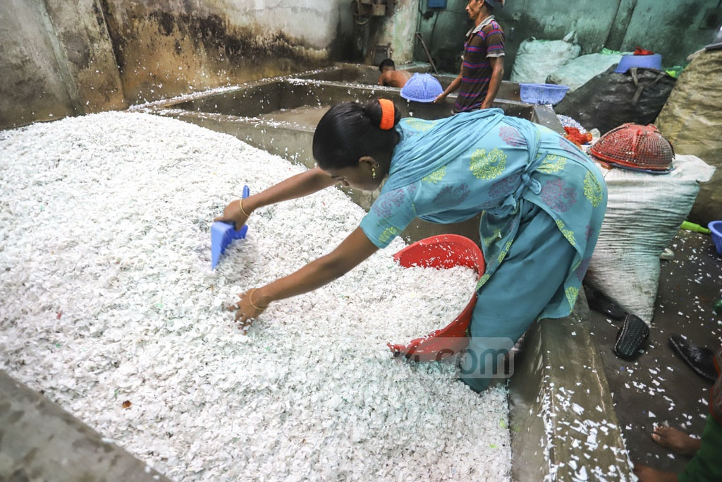 After washing, the plastic pieces are strained. Photo: Asif Mahmud Ove