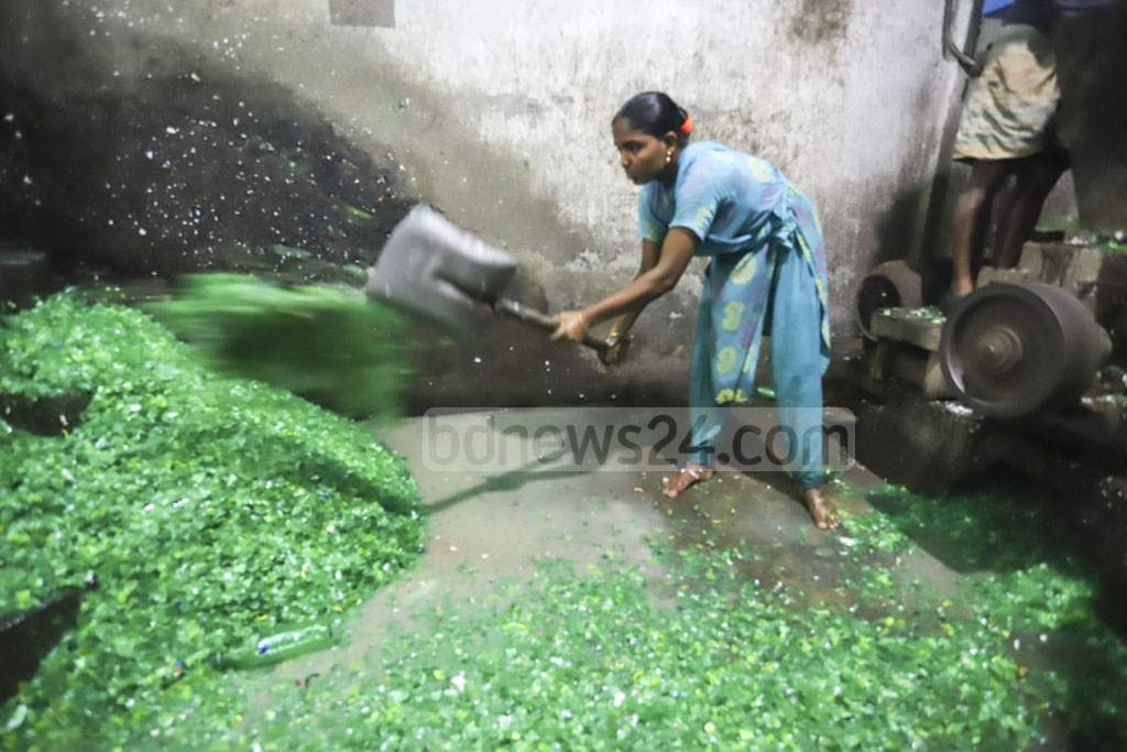Women working at a plastic recycling factory. Photo: Asif Mahmud Ove