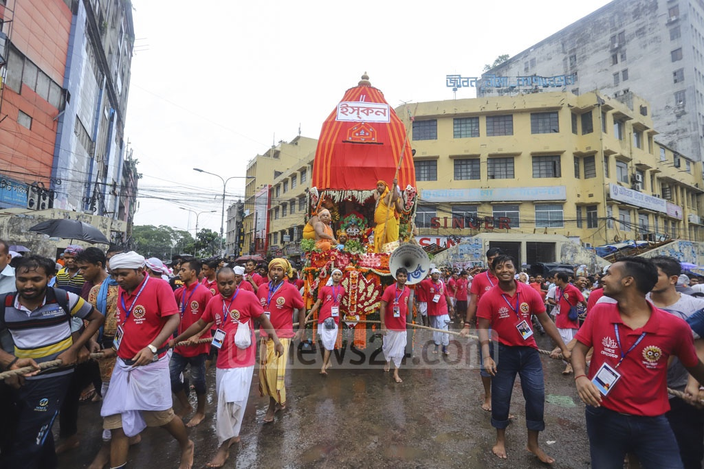 Hindu devotees pulling a chariot from Dhakeshwari National Temple to ISKCON Hare Krishna temple in Dhaka during the Ulto Rath Yatra, a festival celebrating reverse journey of Lord Jagannath's chariot. Photo: Asif Mahmud Ove