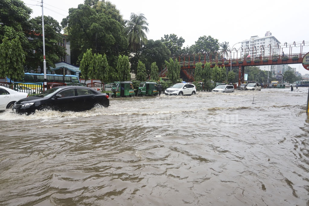 Mirpur Road in Dhaka went under water after incessant rain on Friday. Photo: Asif Mahmud Ove