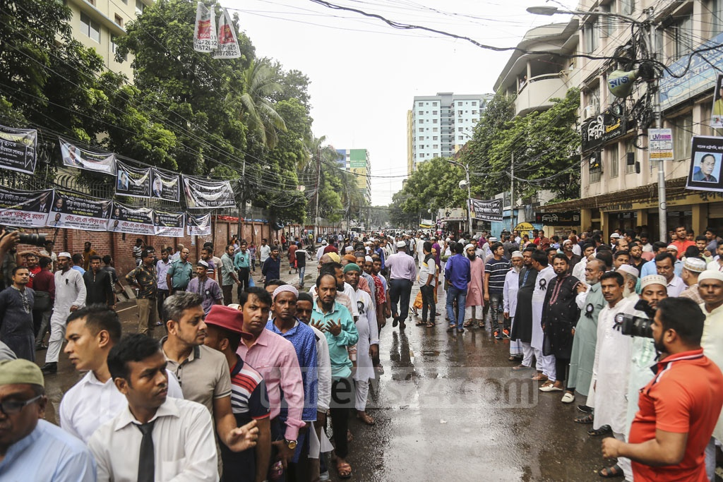 Jatiya Party leaders and activists gather in front of their central office in Dhaka's Bijoy Nagar on Monday to pay last respect to their Chairman HM Ershad. Photo: Mahmud Zaman Ovi