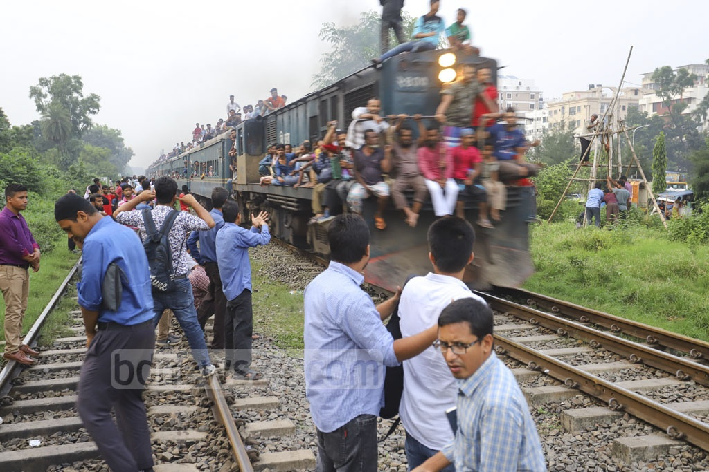 With no platform at Banani Railway Station, passengers risk their lives to hop on trains. This photo was taken on Tuesday. Photo: Asif Mahmud Ove