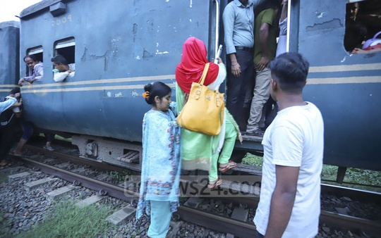 Sahida Akter, a visually impaired woman, has to travel to Dhaka's Banani from Joydebpur by train twice a week to attend classes. The absence of any platform at Banani Railway Station adds to her sufferings. Photo: Asif Mahmud Ove