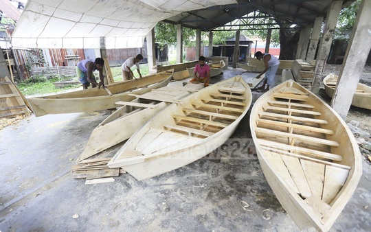 Workers making boats at a weekly market on the bank of the Balu river in Dhaka's Nasirabad. Photo: Asif Mahmud Ove