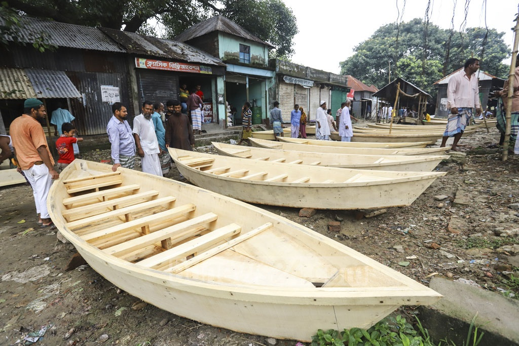 Traders haggling at a weekly boat market on the bank of the Balu river in Dhaka's Nasirabad. Photo: Asif Mahmud Ove