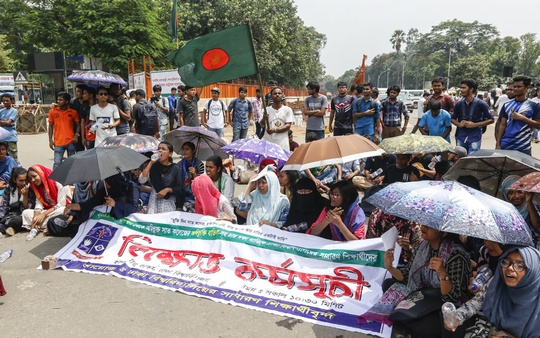 Students of Dhaka University blockading the capital's Shahbag intersection for the second day on Thursday with the demand that the authorities cancel the affiliations of seven colleges with the institution.